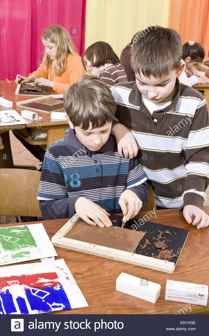 Unterricht, Kunstunterricht, junge, Linolschnitt, Konzentration, Stockbild