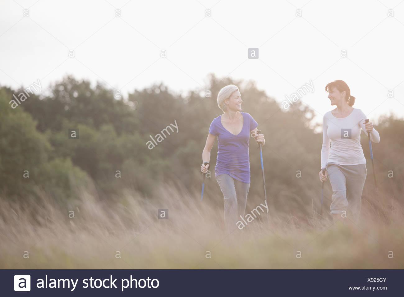 Glückliche Frauen wandern gemeinsam im freien Stockbild