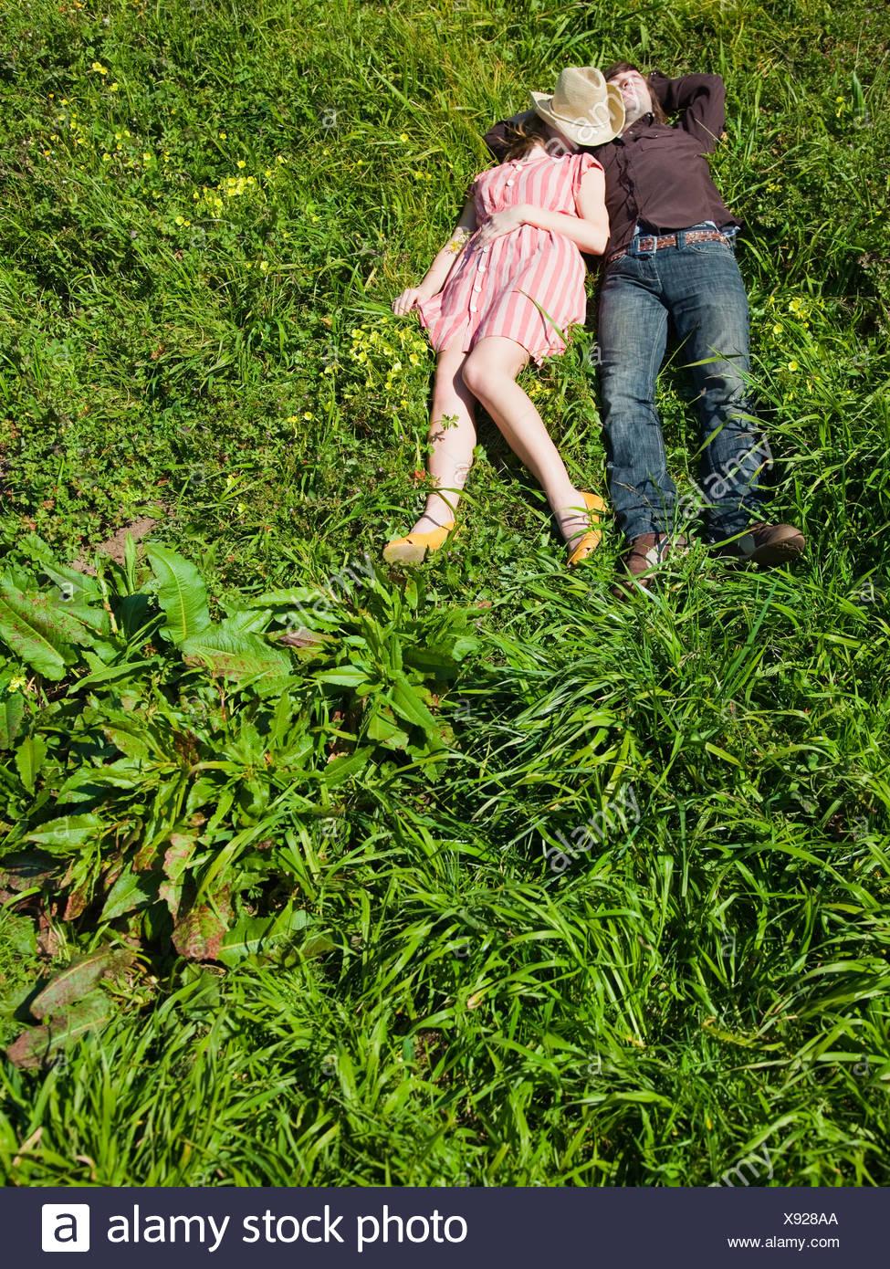 USA, Kalifornien, San Francisco, junges Paar auf Rücken auf dem Rasen liegend Stockbild