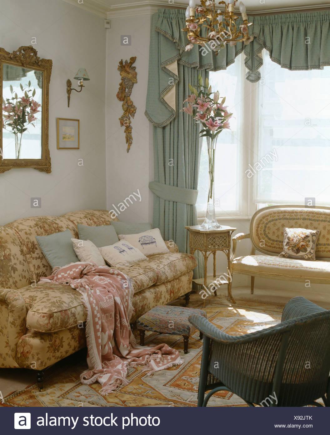Pastell Grun Swagged Vorhange Am Fenster Im Wohnzimmer Mit