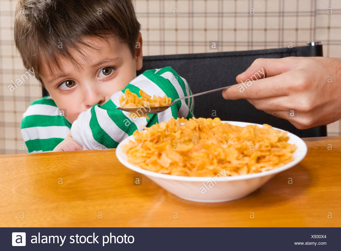 Nahaufnahme eines jungen verweigern Cornflakes Stockbild