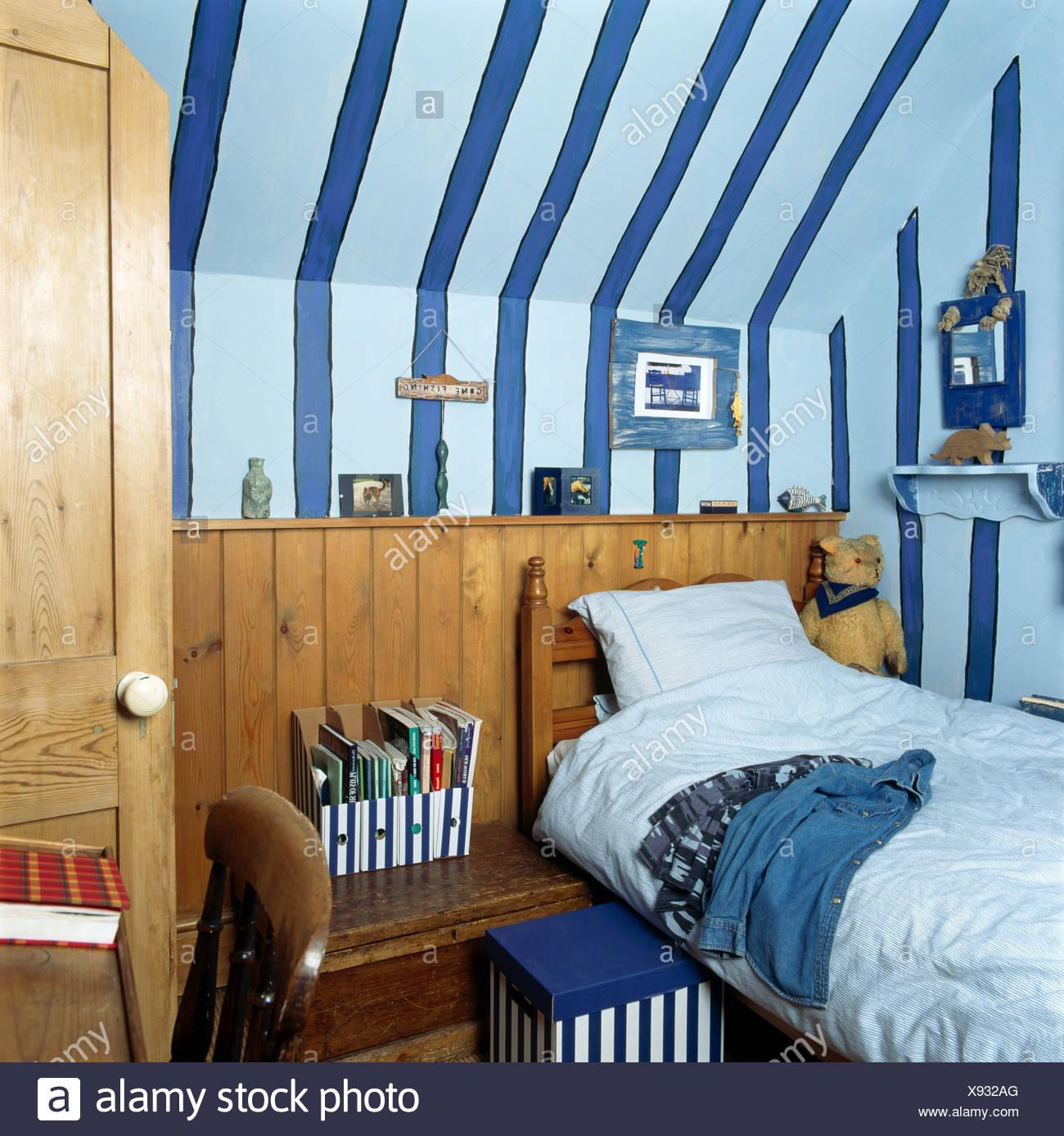 Breiten Blaue Streifen Gemalt An Der Hütte Kinderzimmer Mit Einzelbett  Gegen Hölzerne Dado Zunge + Groove Verkleidung