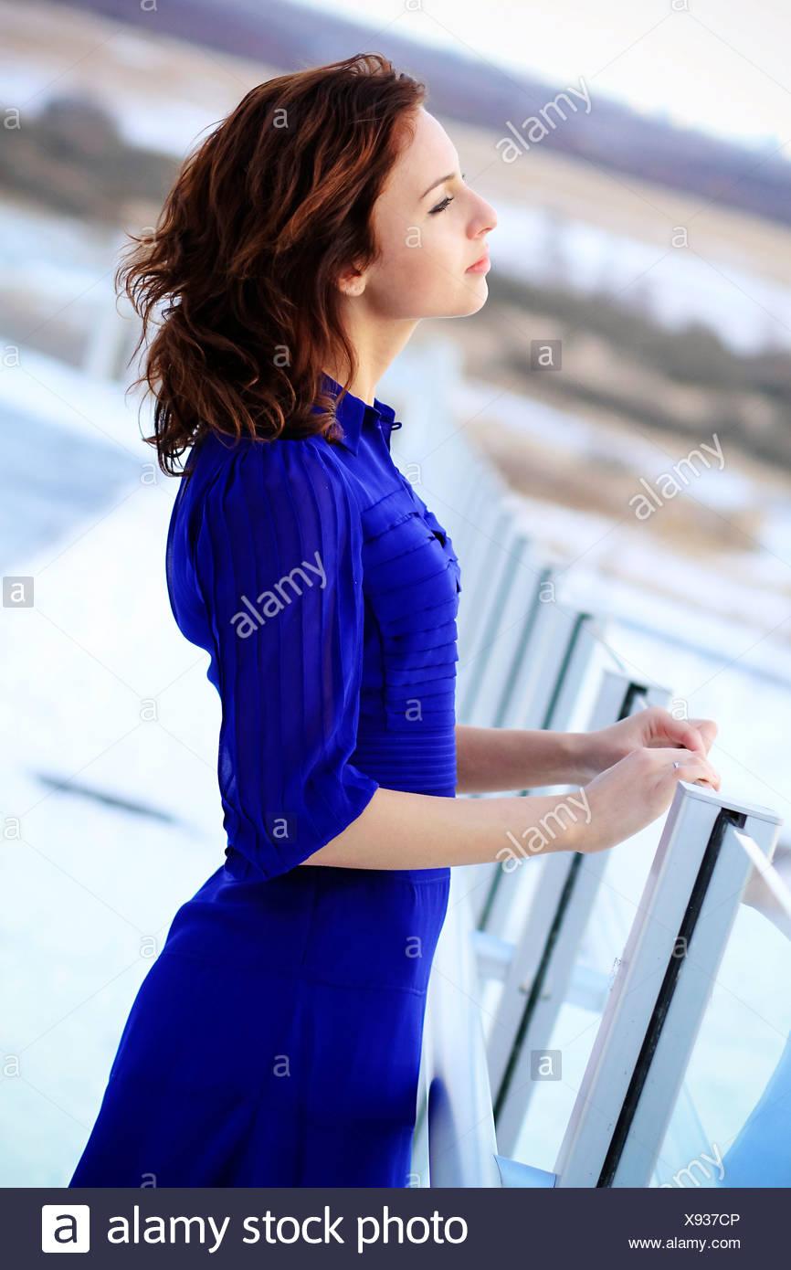 Frau im blauen Kleid, wegsehen, Kopenhagen, Dänemark Stockbild