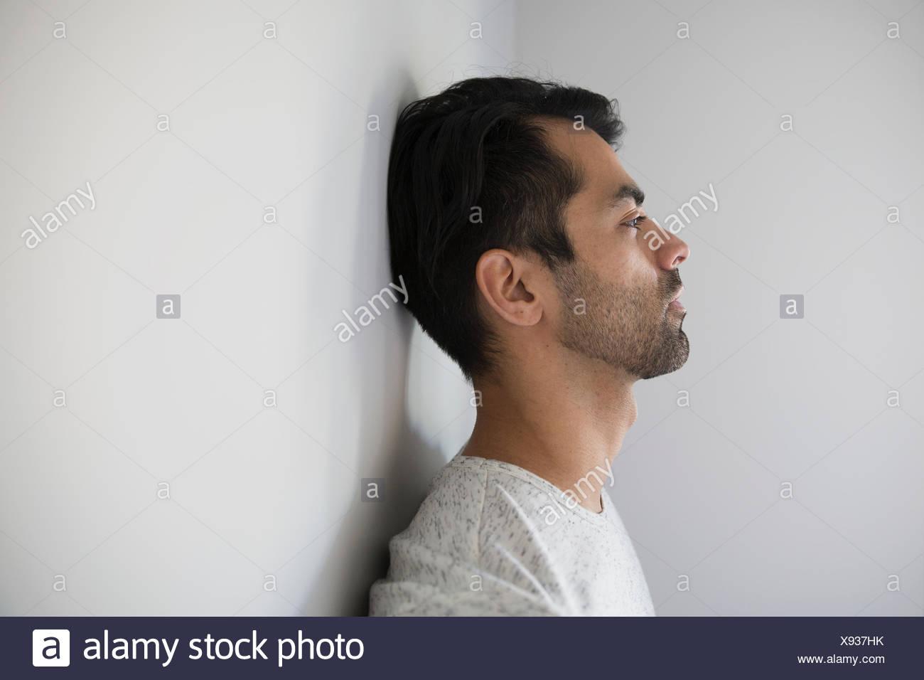 Profil von nachdenklicher Mann wegsehen Stockbild