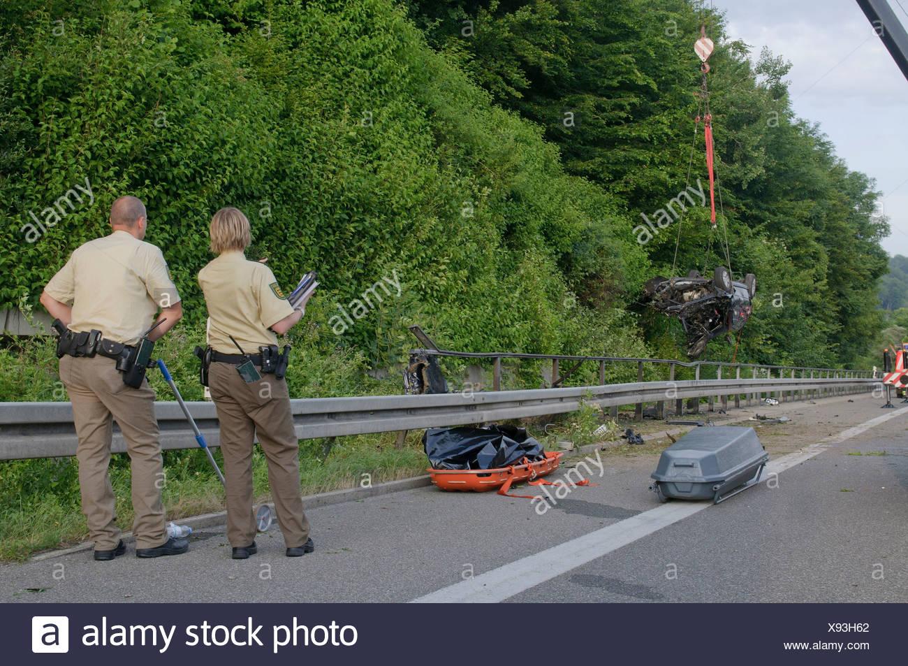 Schrecklicher Unfall auf der B 27 Straße Tübingen nach Stuttgart, erlag seinen Verletzungen später der Fahrer Stockbild