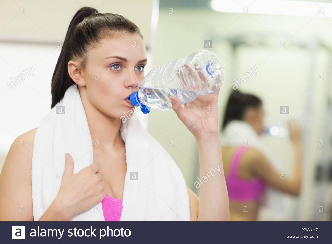 Nahaufnahme einer Frau Trinkwassers im Fitness-Studio Stockbild