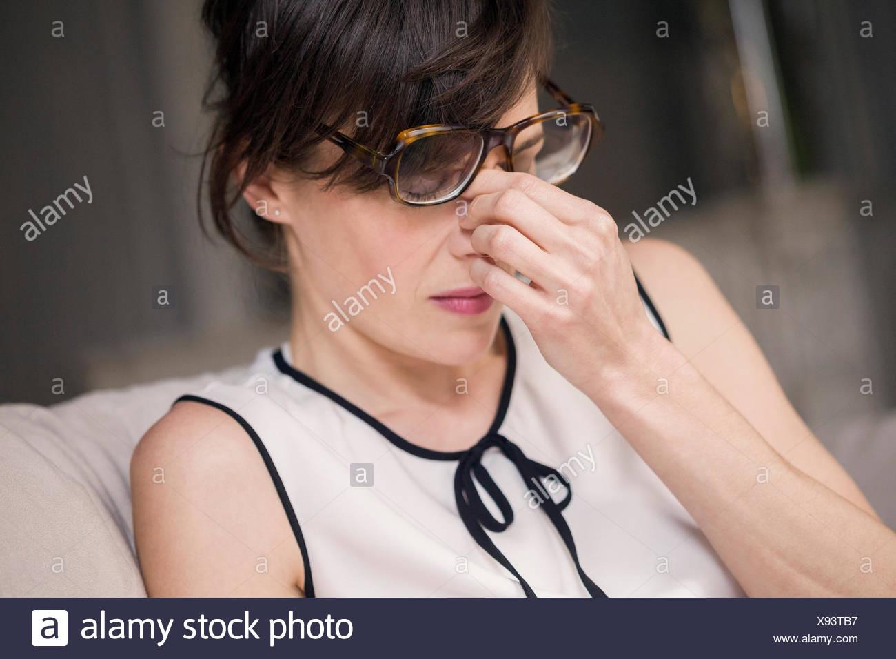 Frau, die unter Kopfschmerzen leiden Stockbild