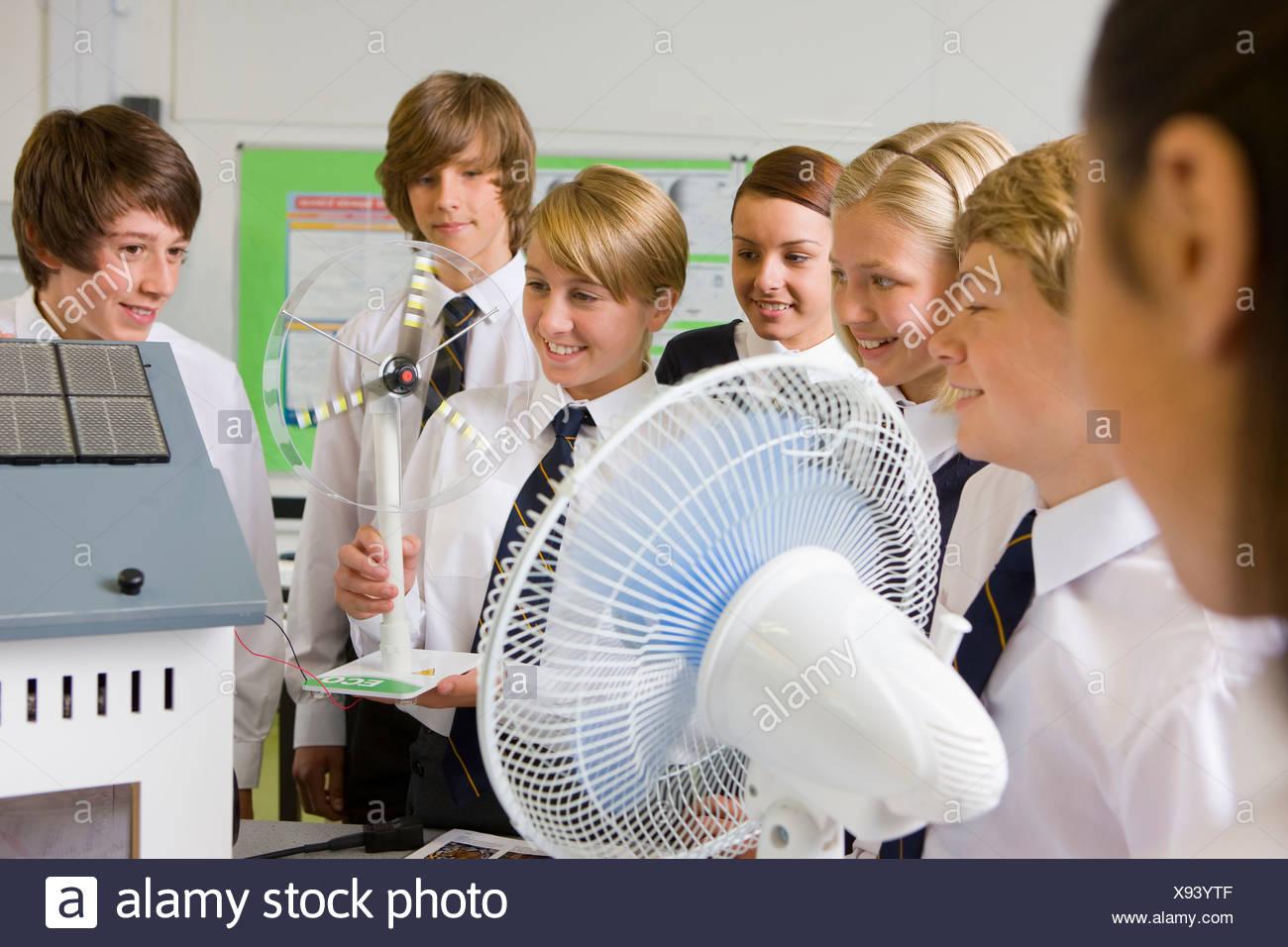 Schüler experimentieren mit Modell-Windkraftanlage im naturwissenschaftlichen Unterricht Stockbild