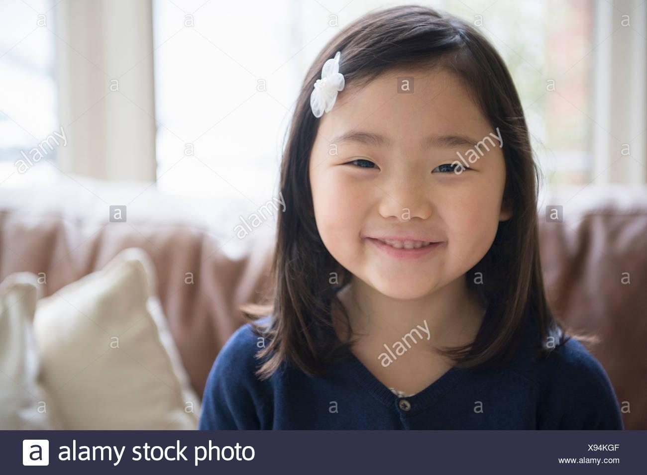 Porträt des jungen Mädchens im Wohnzimmer Stockbild