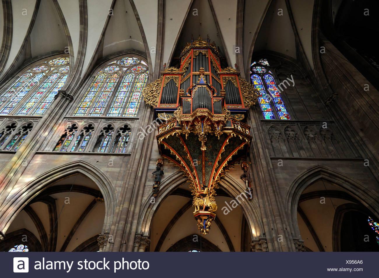 Orgel im Kirchenschiff, mit seiner erhaltenen gotischen Gehäuse, Kirchenschiff, Innenansicht, Straßburger Münster, Cathedral of Our Lady of Stockbild