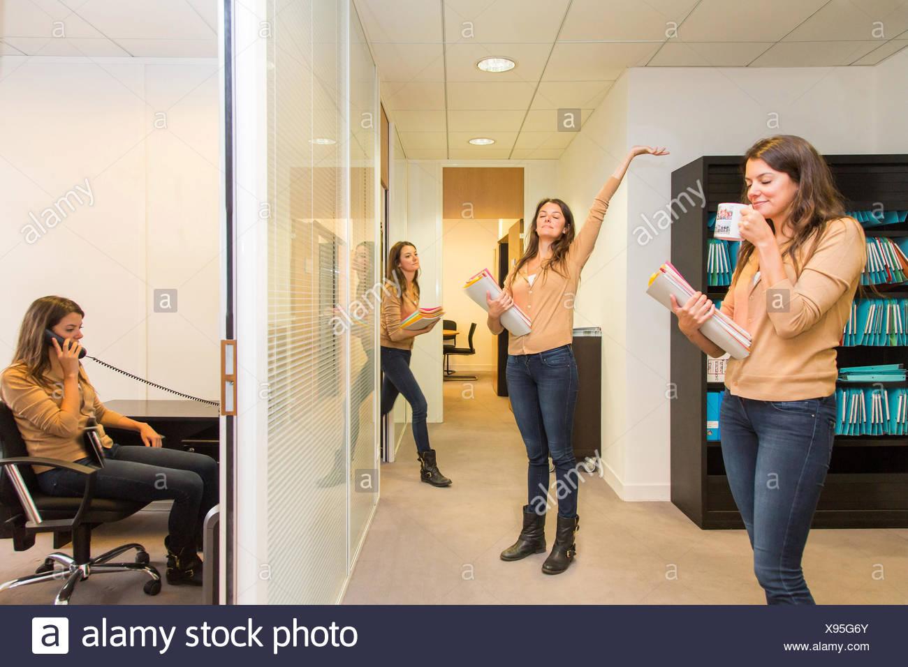 Aktive Frau im Büro zur Bekämpfung von Bewegungsmangel. Stockbild