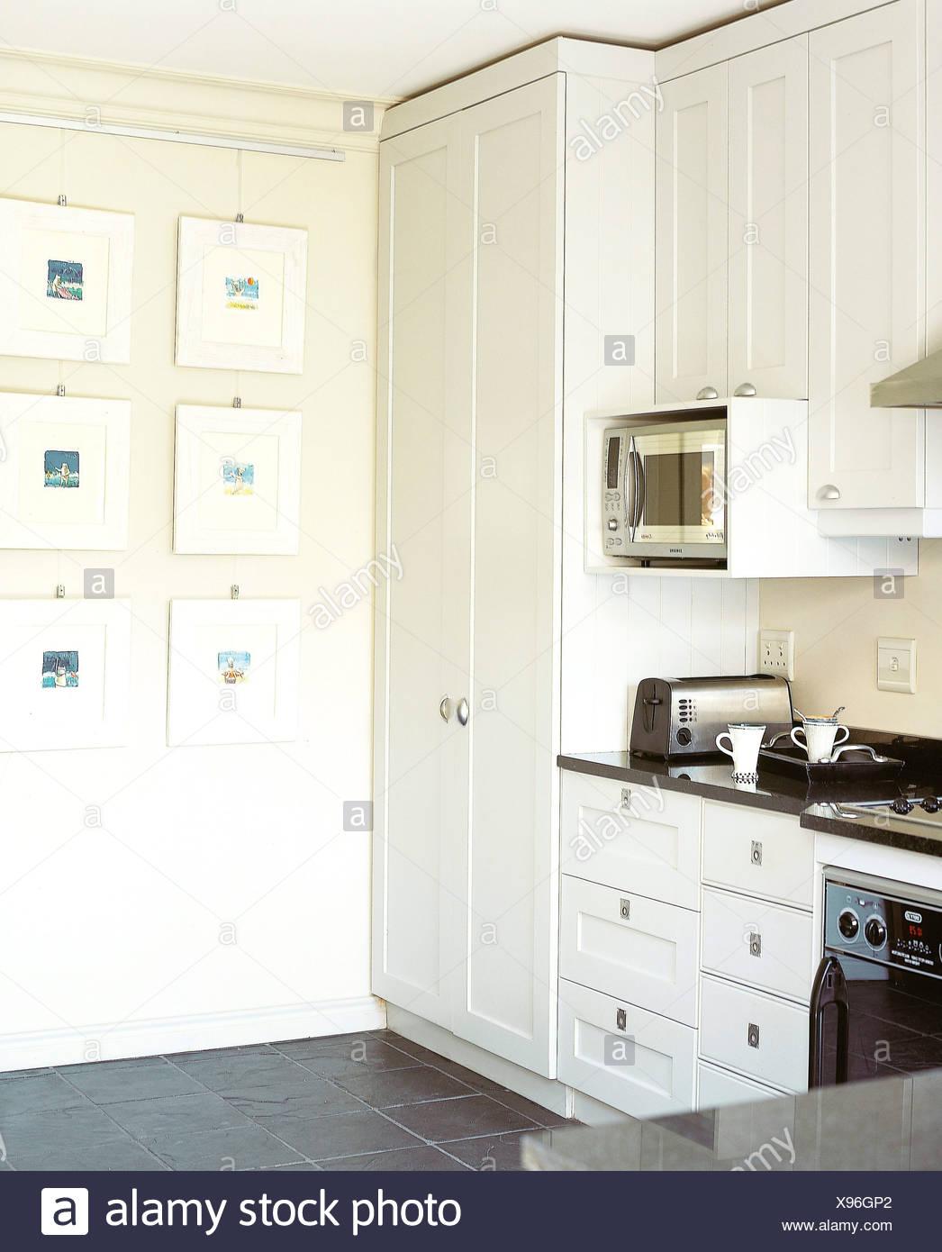 Weiß ausgestattet weiße Küchenschränke, schwarz arbeiten Oberfläche ...