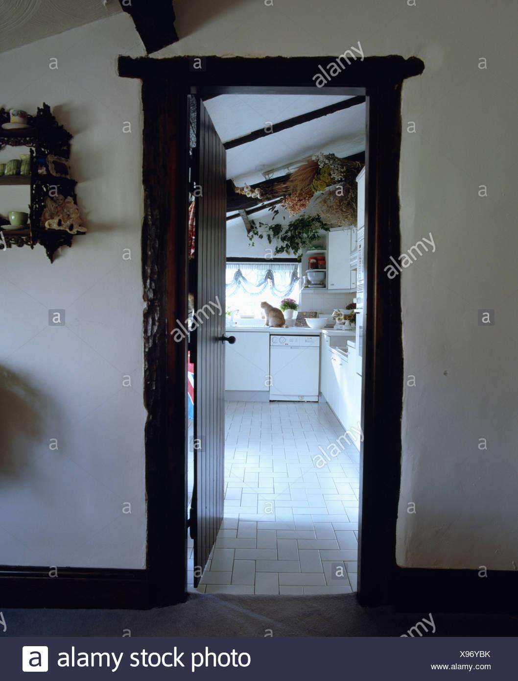 Blick Durch Die Offene Tur Fur Traditionelle Weisse Landhaus Kuche