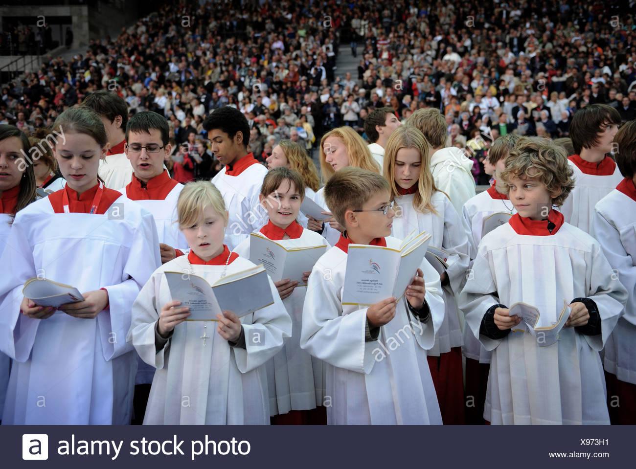 Berlin, Deutschland, Altar in der päpstlichen Messe im Berliner Olympiastadion Stockbild