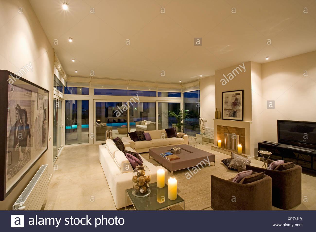 Wohnzimmer Glastüren | Braune Sessel Und Cremefarbenen Sofas Im Modernen Spanischen