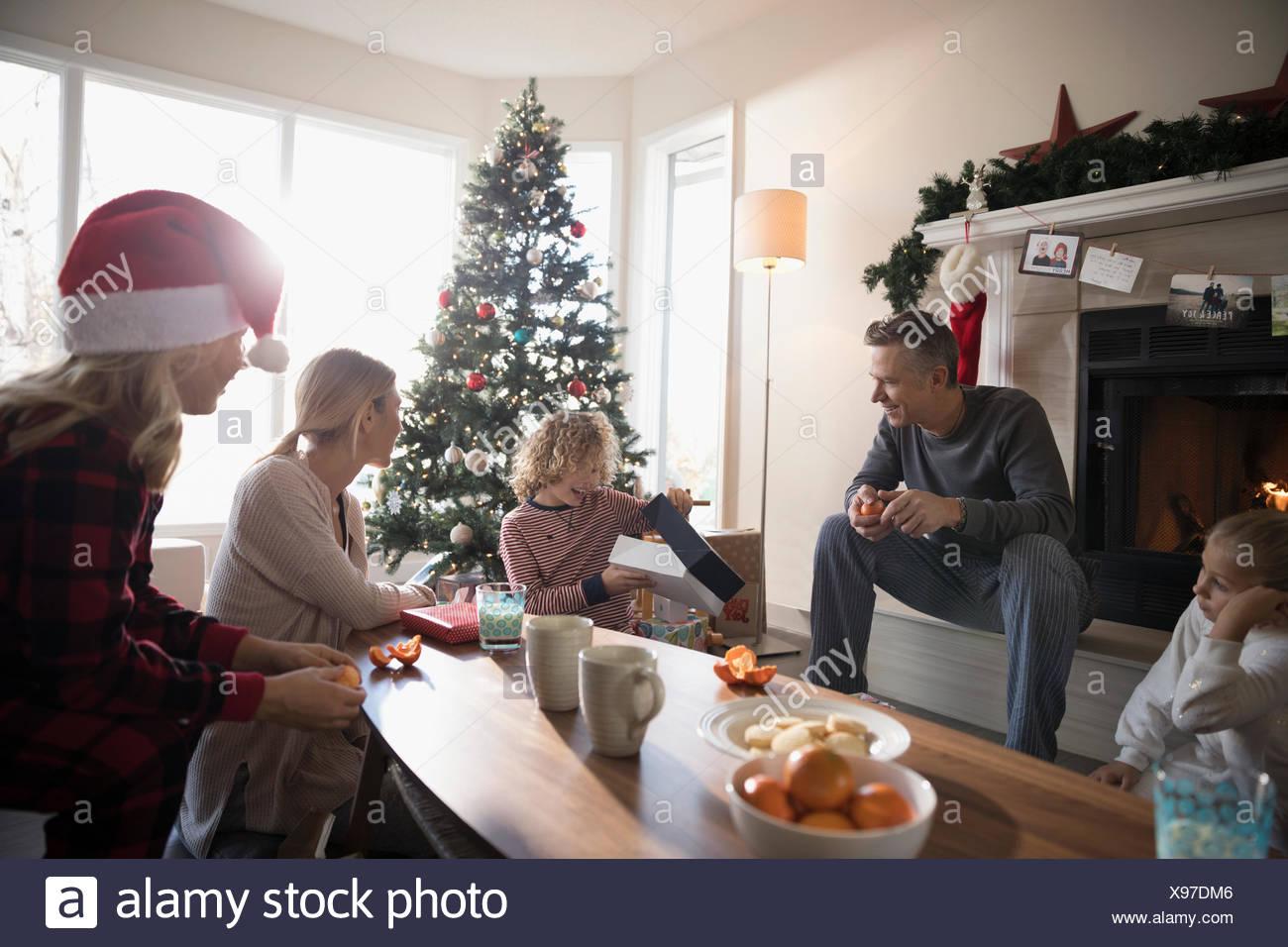 Familie Weihnachtsgeschenke im Wohnzimmer öffnen Stockfoto, Bild ...