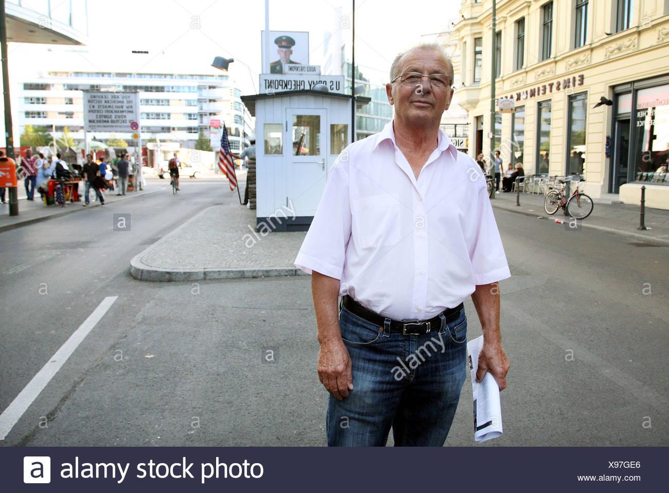 Porträt von der Flucht Helfer Rudi Thurow am Checkpoint Charlie in Berlin, Deutschland Stockbild
