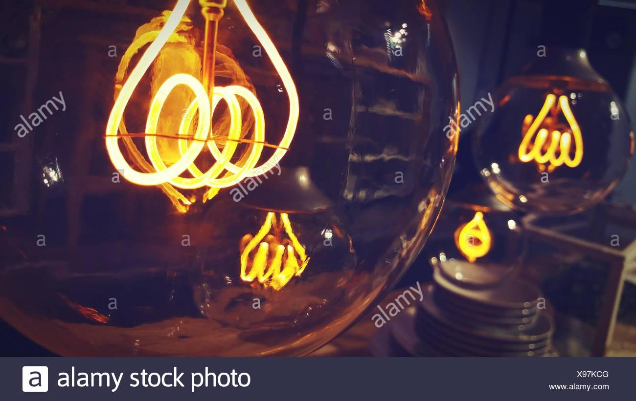Nahaufnahme des beleuchteten Glühbirnen Stockbild