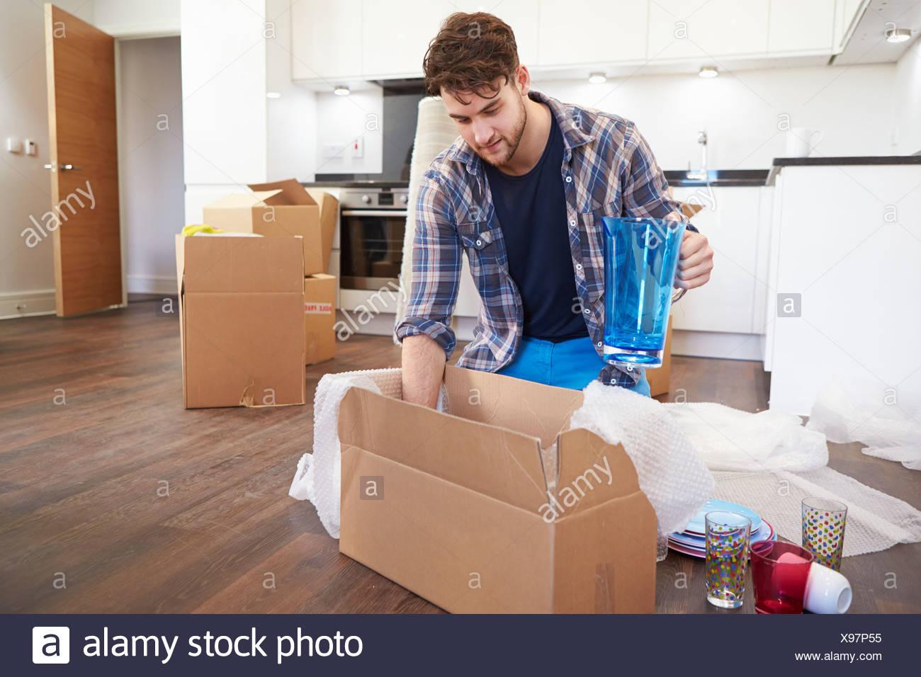 """Umzug in neue Felder """"nach Hause"""" und Auspacken Mann Stockbild"""