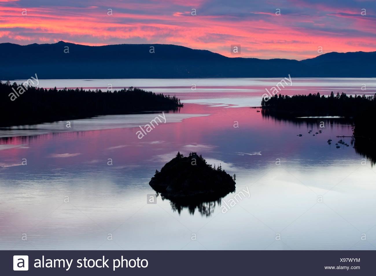 Eine Silhouette von Fannette Island in der Emerarld Bucht bei einem wunderschönen Sonnenaufgang in Lake Tahoe, Kalifornien. Stockbild