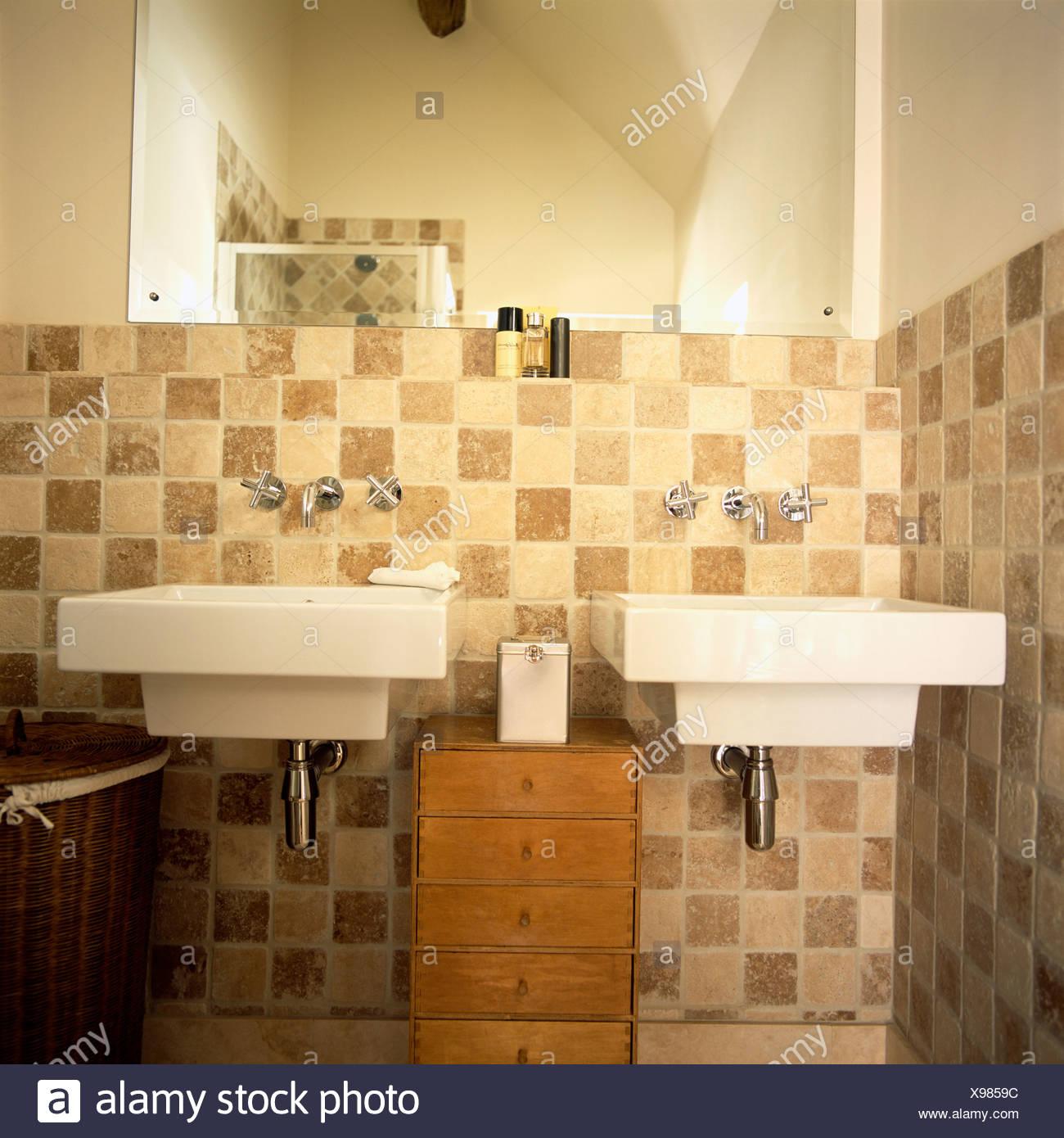 Kleine Kommode zwischen rechteckigen Doppelwaschbecken im ...