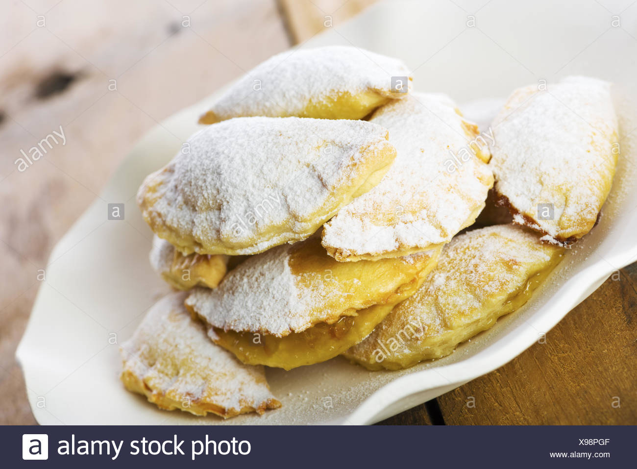 Köstliche Plätzchen auf Teller mit weißem Papier Stockfoto