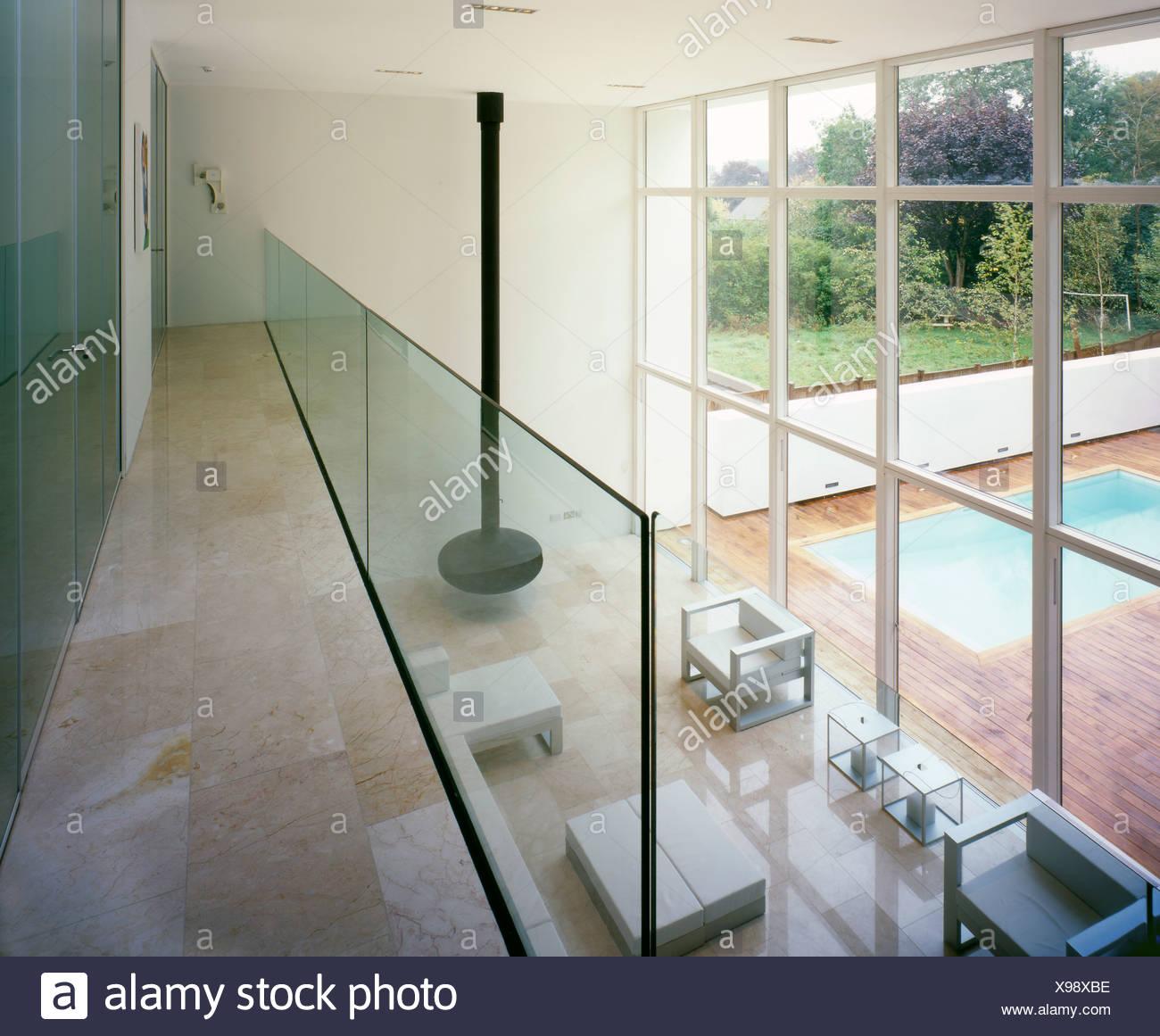 Interiof ein weißes Quadrat moderne Haus, weiße Möbel und ...