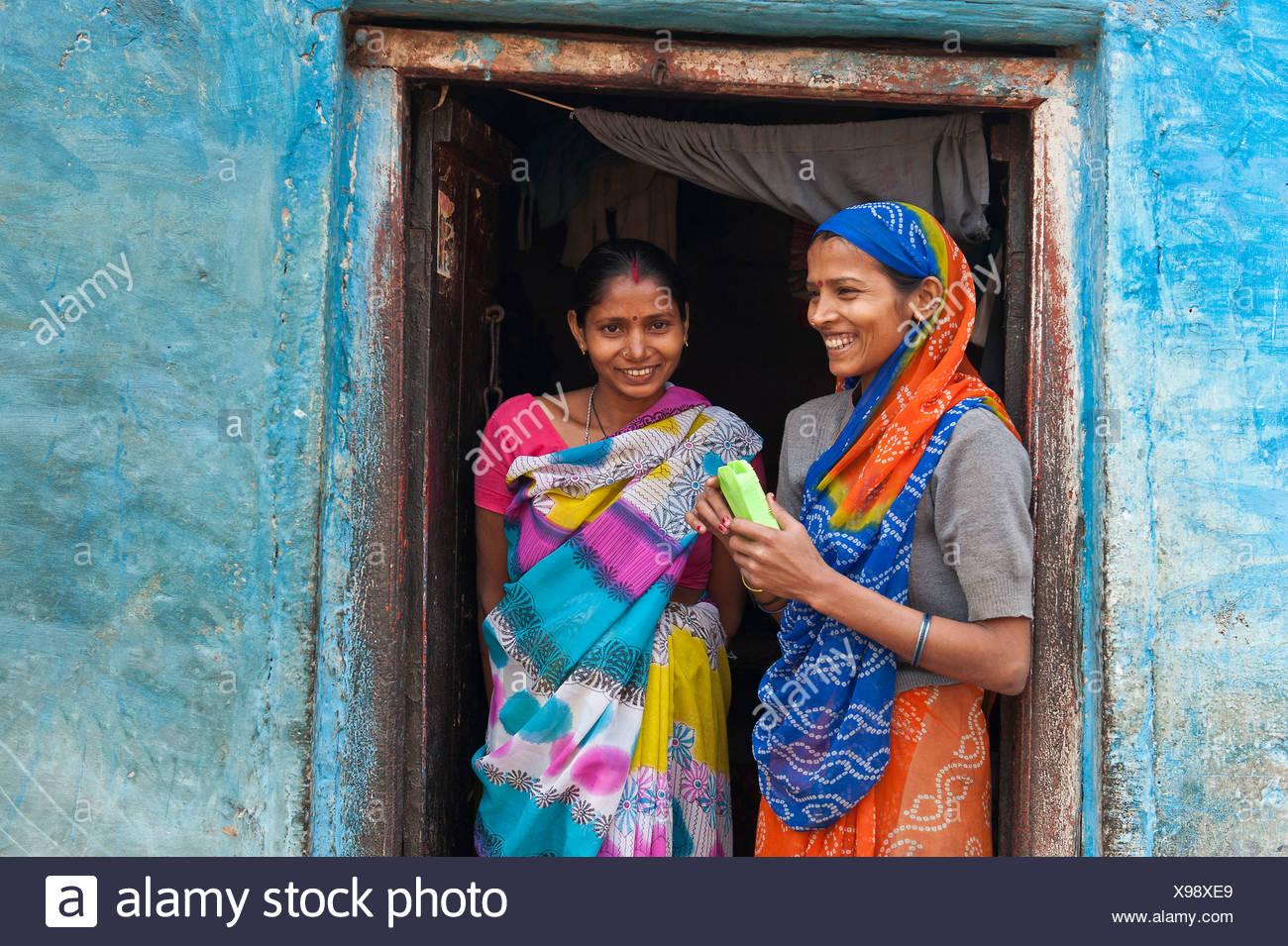 Zwei lächelnde Frauen in einer Tür, Varanasi, Benares oder Kashi, Uttar Pradesh, Indien, Asien Stockbild