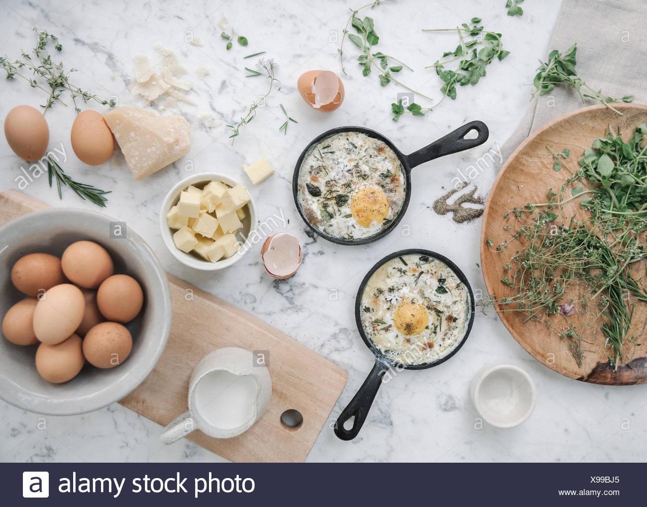 Draufsicht auf einen Tisch mit Speisen in Gerichten. Stockbild
