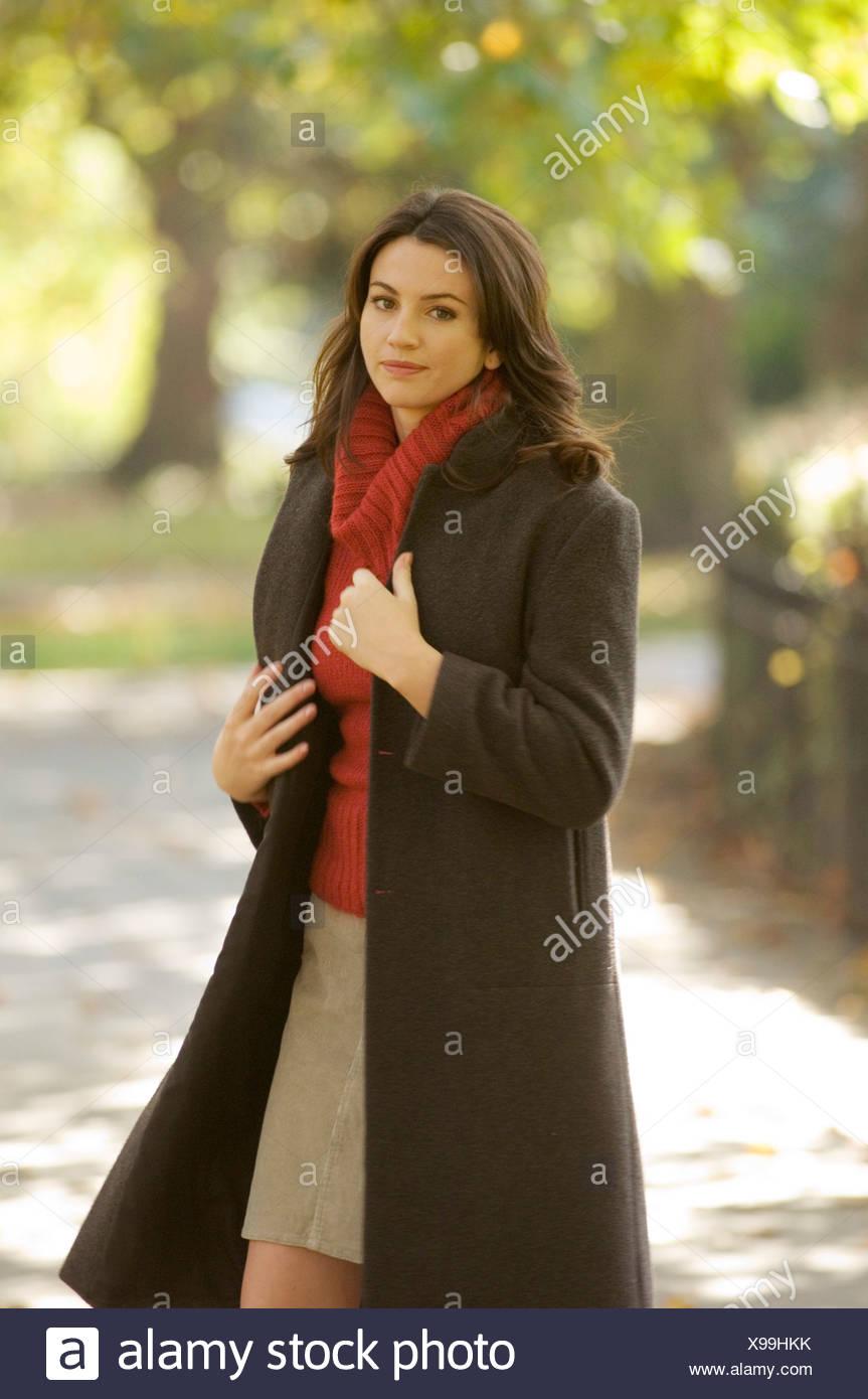 Weibchen tragen Beige Rock, rote Rollkragen Pullover