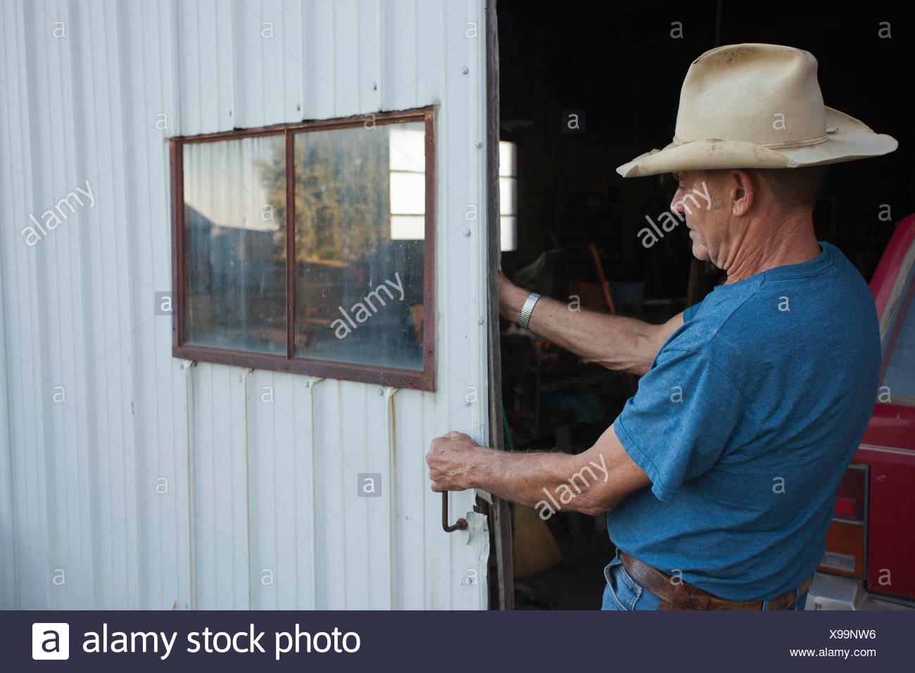 Landwirt schließende Garage Schiebetür Stockfoto, Bild: 281112530 ...