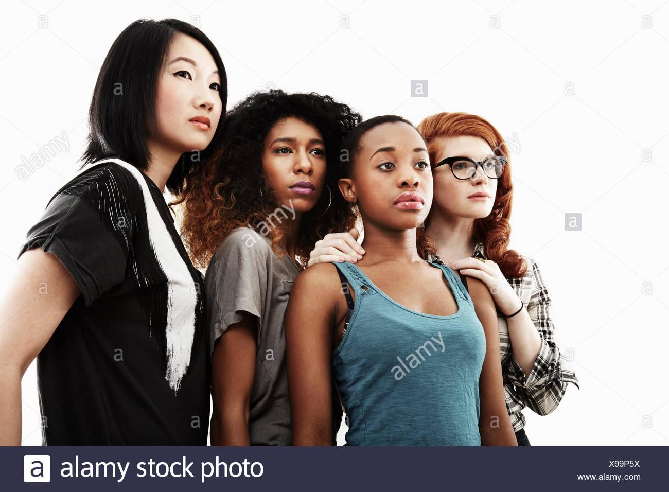 Studio-Porträt von vier schweren jungen Frauen Stockbild