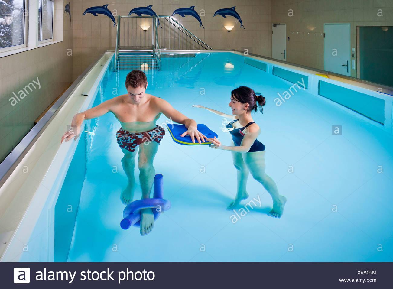 Patienten und Physiotherapeuten während Unterwassertherapie Stockbild