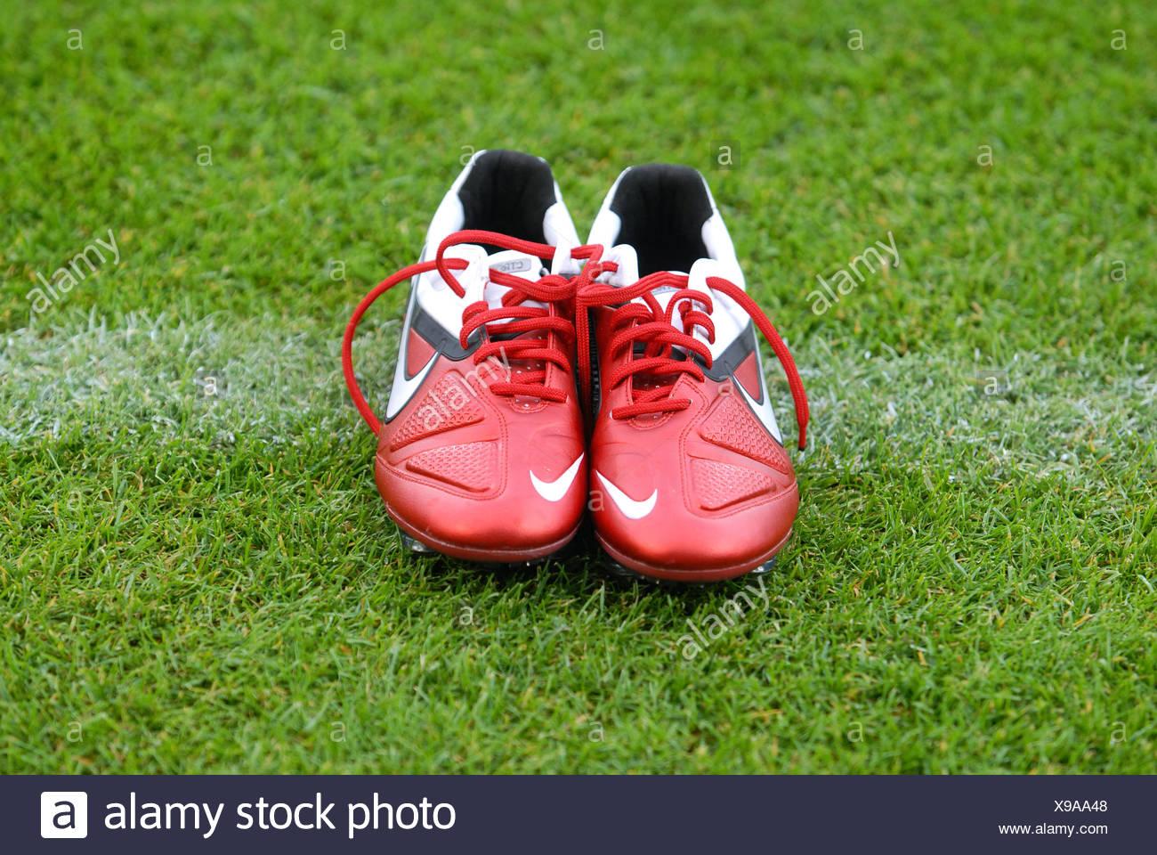 Rote Nike Fußballschuhe platziert an der Seitenlinie, LIGA