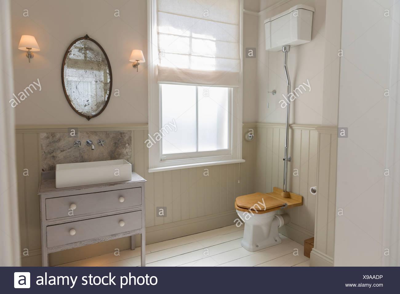 Toilette und Waschbecken in reich verzierten Badezimmer Stockbild