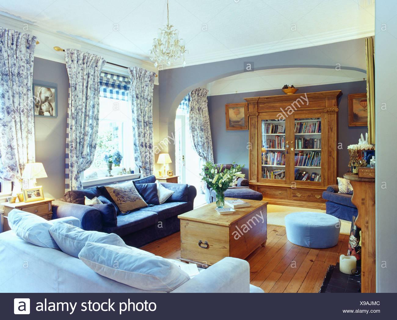 Hellblau Und Dunkel Blauen Sofas Und Brust In Hellblau, Wohnzimmer Mit  Floral Gardinen Und Holzboden Und Großen Schrank Kiefer
