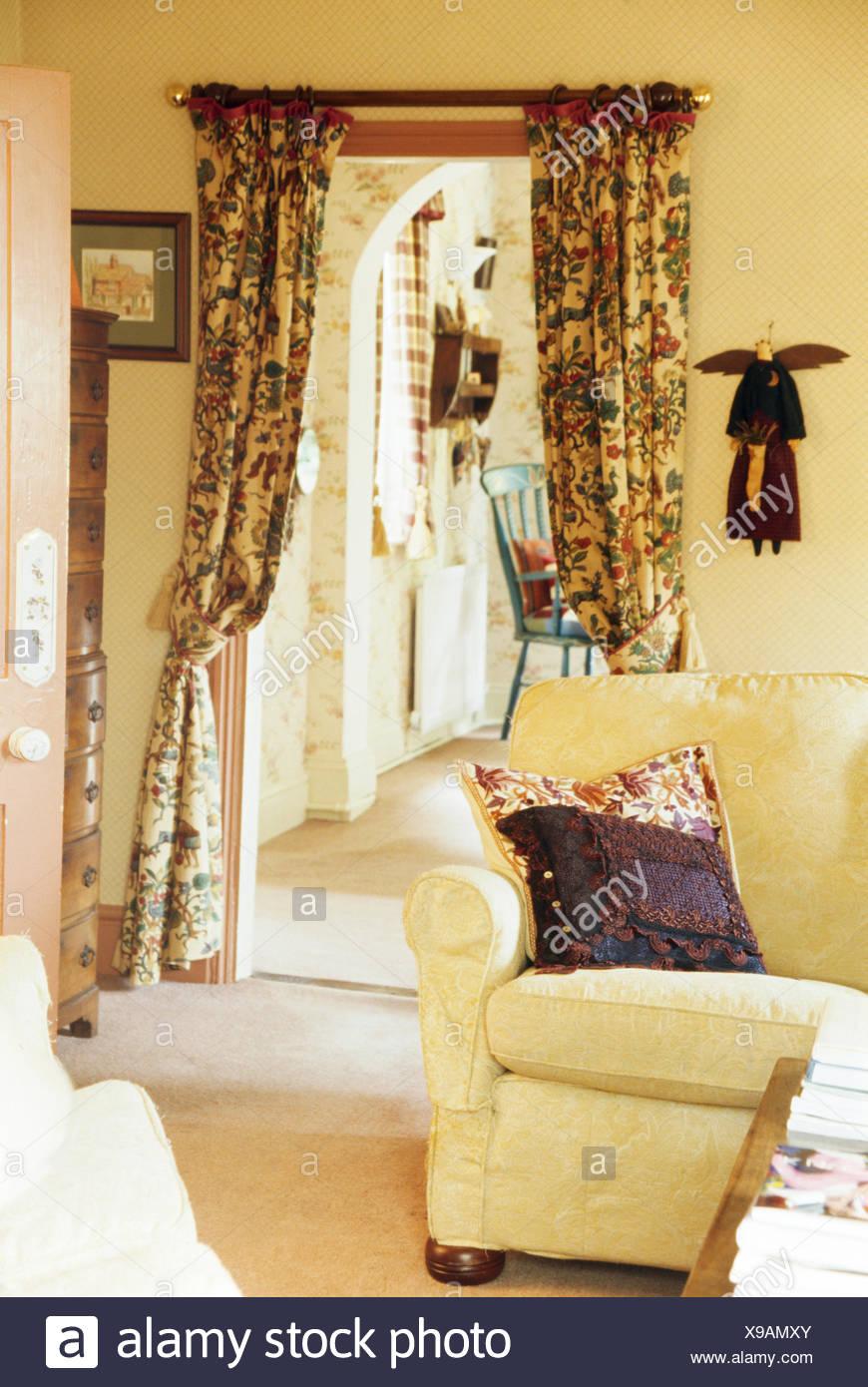 Perfekt Im Ferienhaus Wohnzimmer Mit Gemusterten Vorhänge Am Eingang Zum Kleinen  Saal Sahne Sofa
