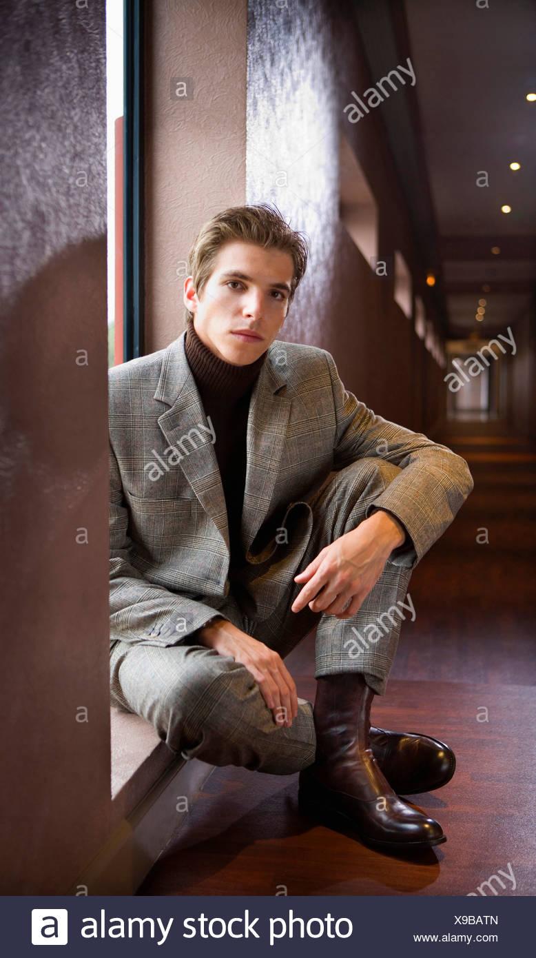 Porträt junger Geschäftsmann sitzt. Stockbild