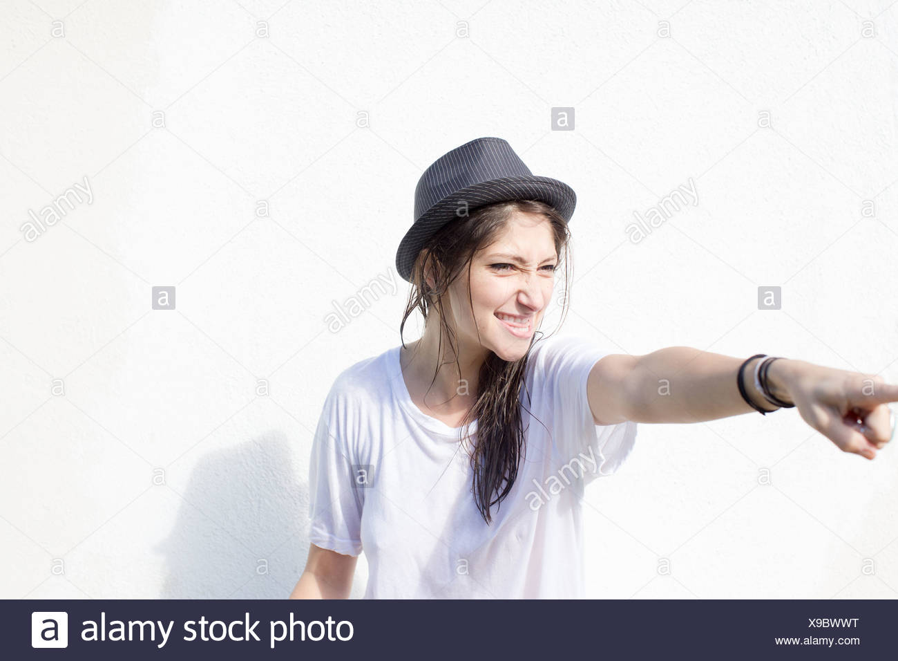 Junge Frau mit Haltung Zeigefinger Stockbild