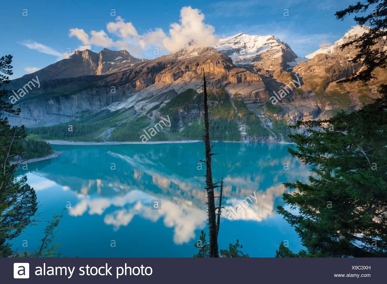 See des Oeschinensees, Schweiz, Europa, Kanton Bern, Berner Oberland, Kandertal, Bergsee, See, Berge, Reflexion Stockbild