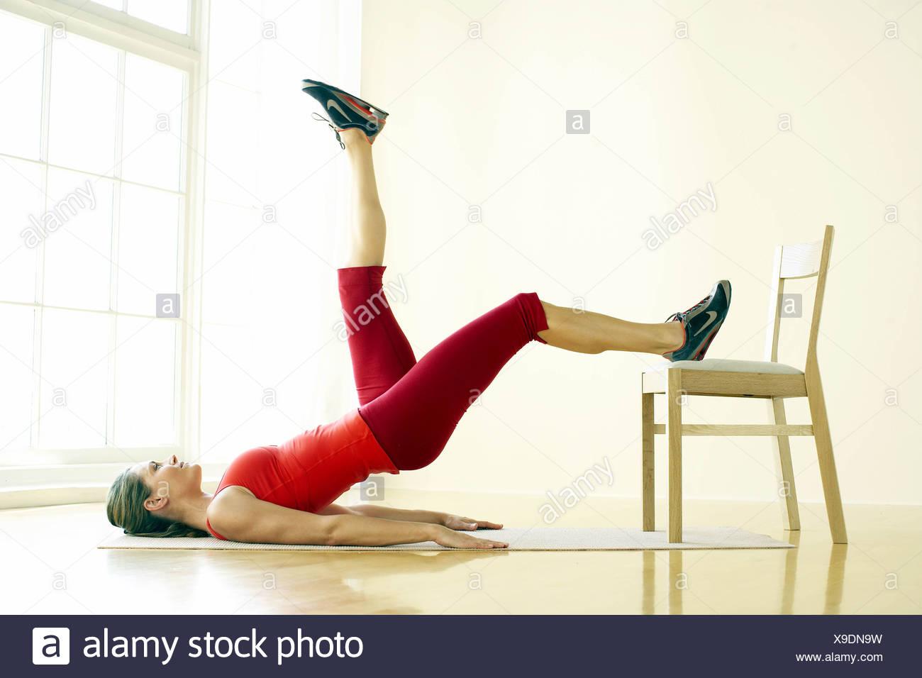 Weibchen Tragen Rote Weste Und Knie Länge Trainingshose Durchführung
