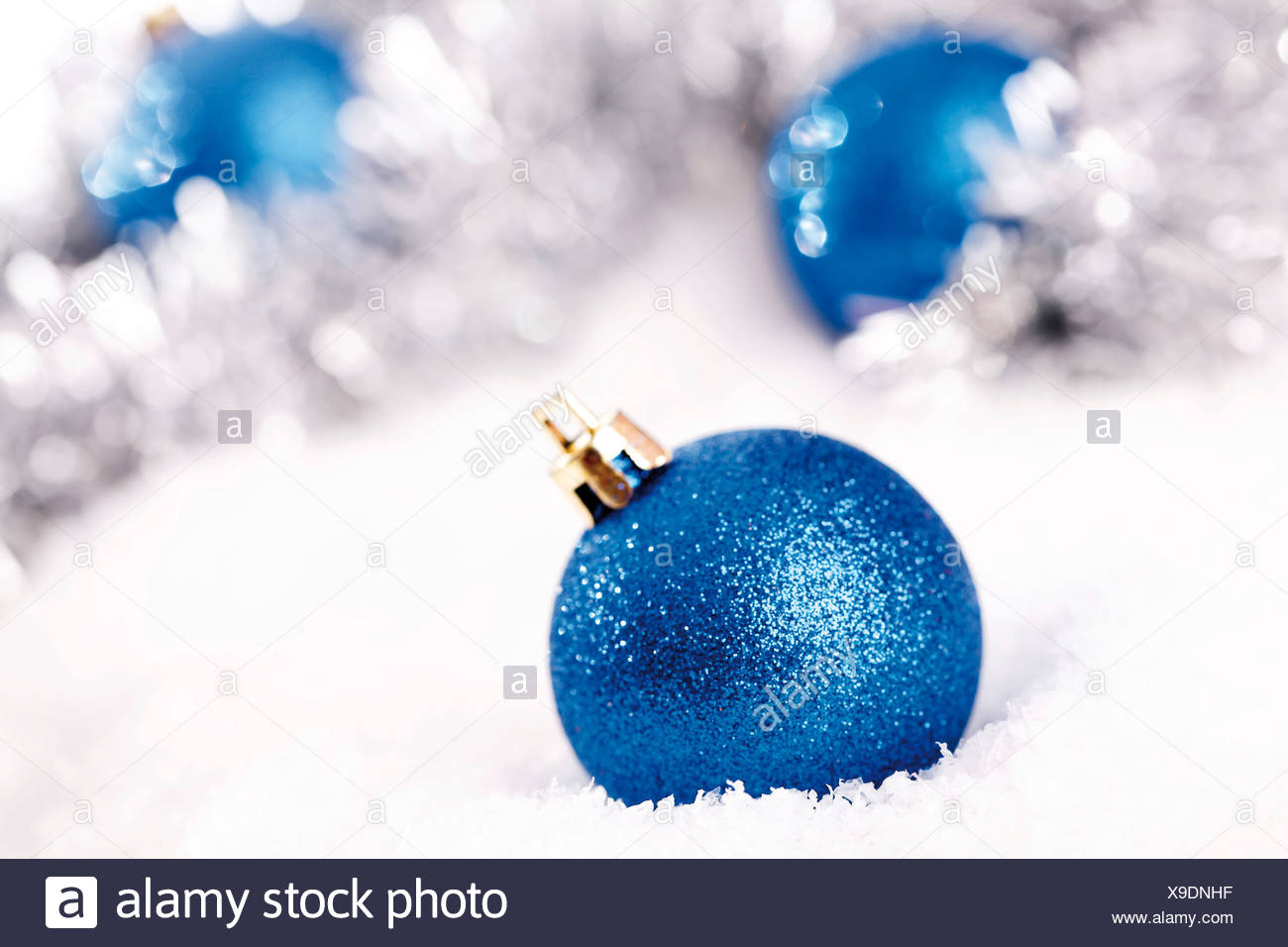 Blau glitter christbaumkugeln auf schnee mit weihnachtsschmuck stockfoto bild 281200123 alamy - Blaue christbaumkugeln ...