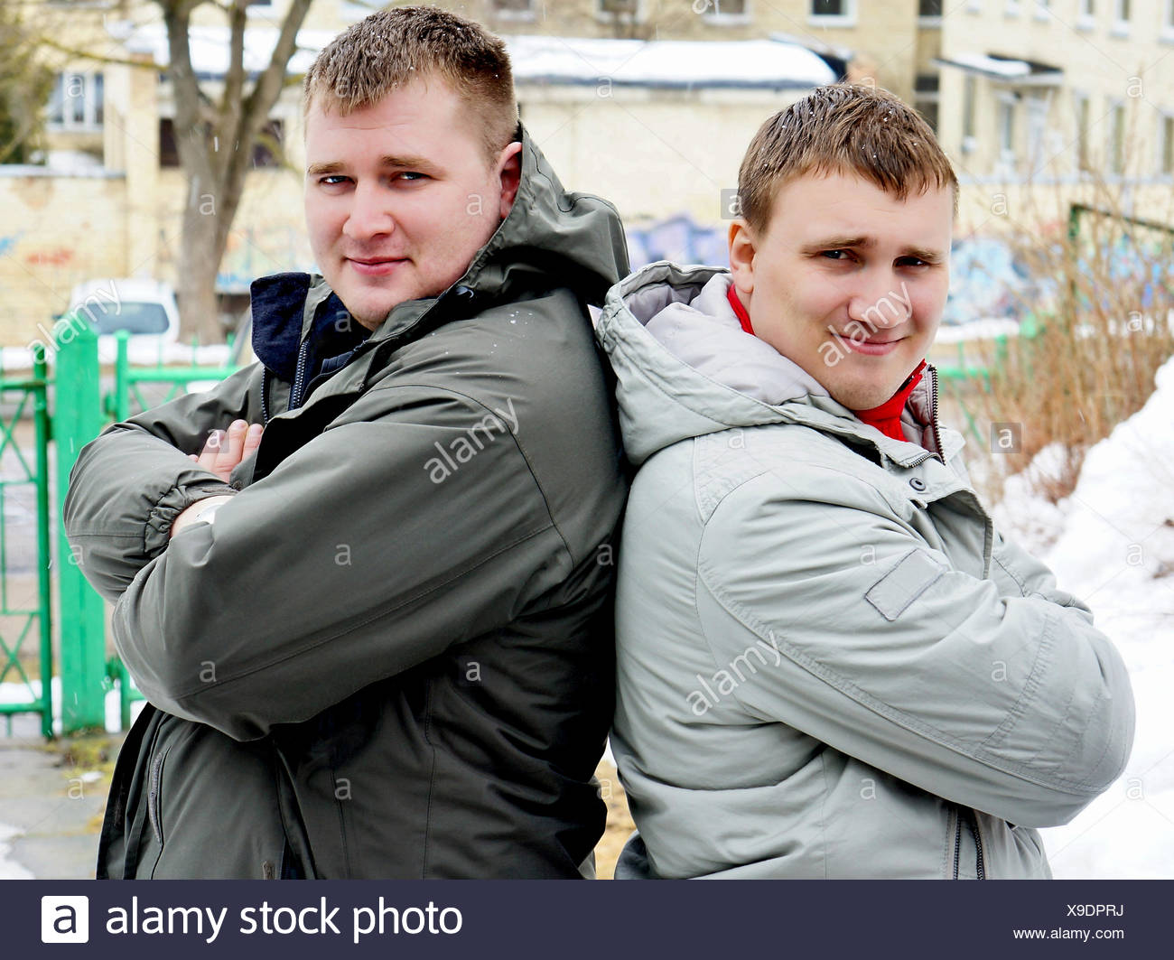 Zwei Jungs in Jacken Stockbild