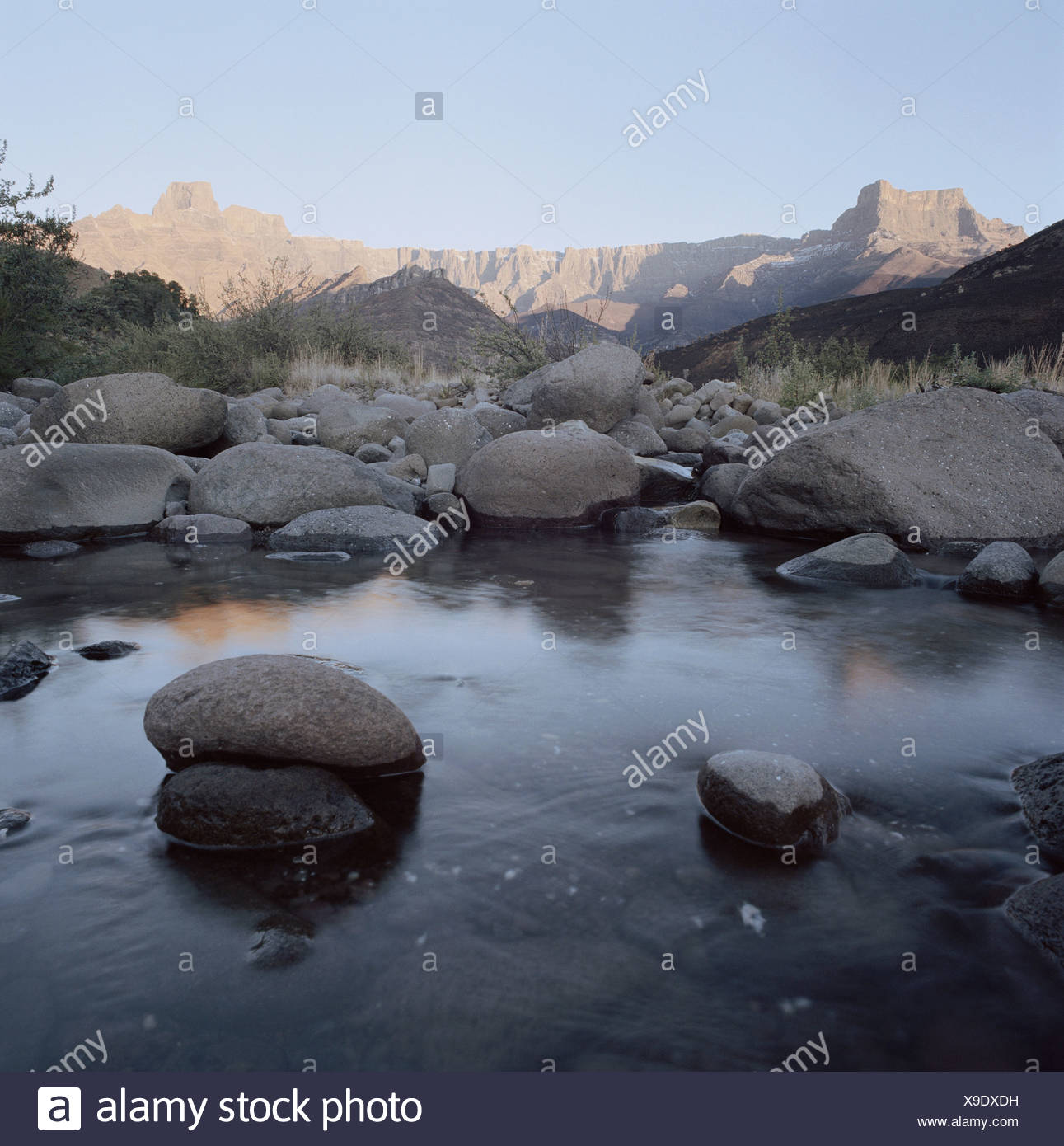 Südafrika, Kwa Zulu Natal, Drakensberge, Tugela River, Gebirgsbach, Amphitheater im Hintergrund Stockfoto