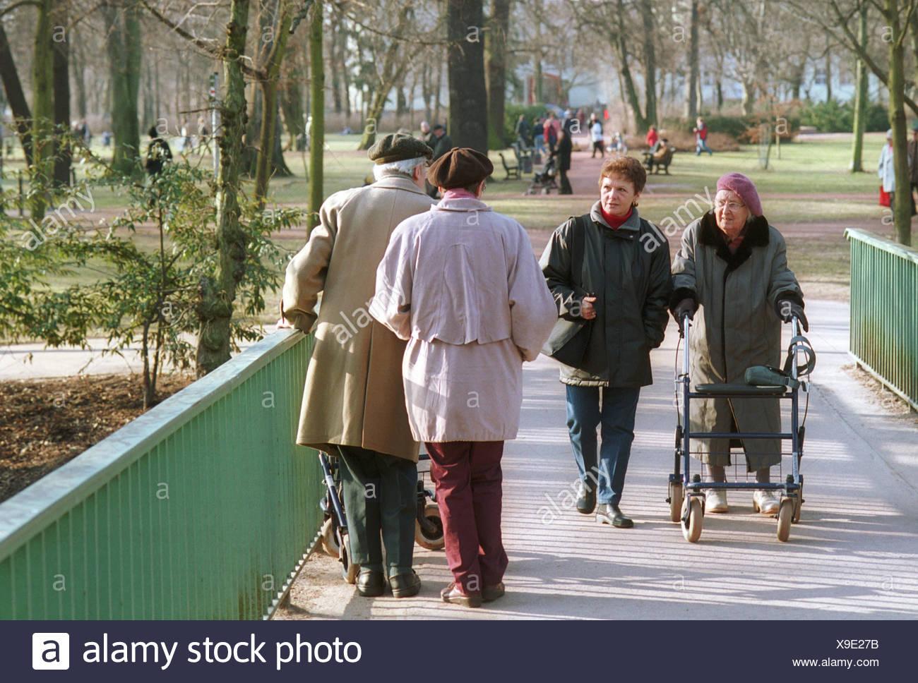 Begegnung zwischen älteren Menschen im park Stockbild