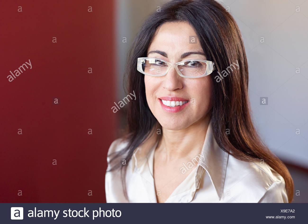 Porträt von brunette Geschäftsfrau mit Brille Stockbild
