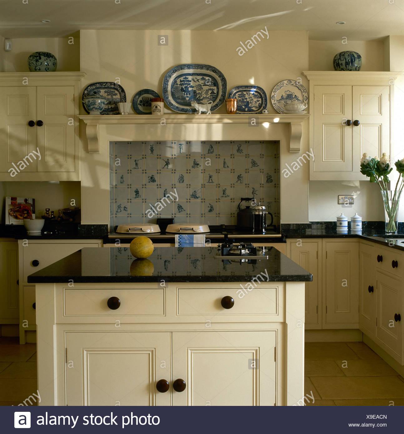 Granit Arbeitsplatte Auf Insel Einheit In Landhausküche Mit Weißen