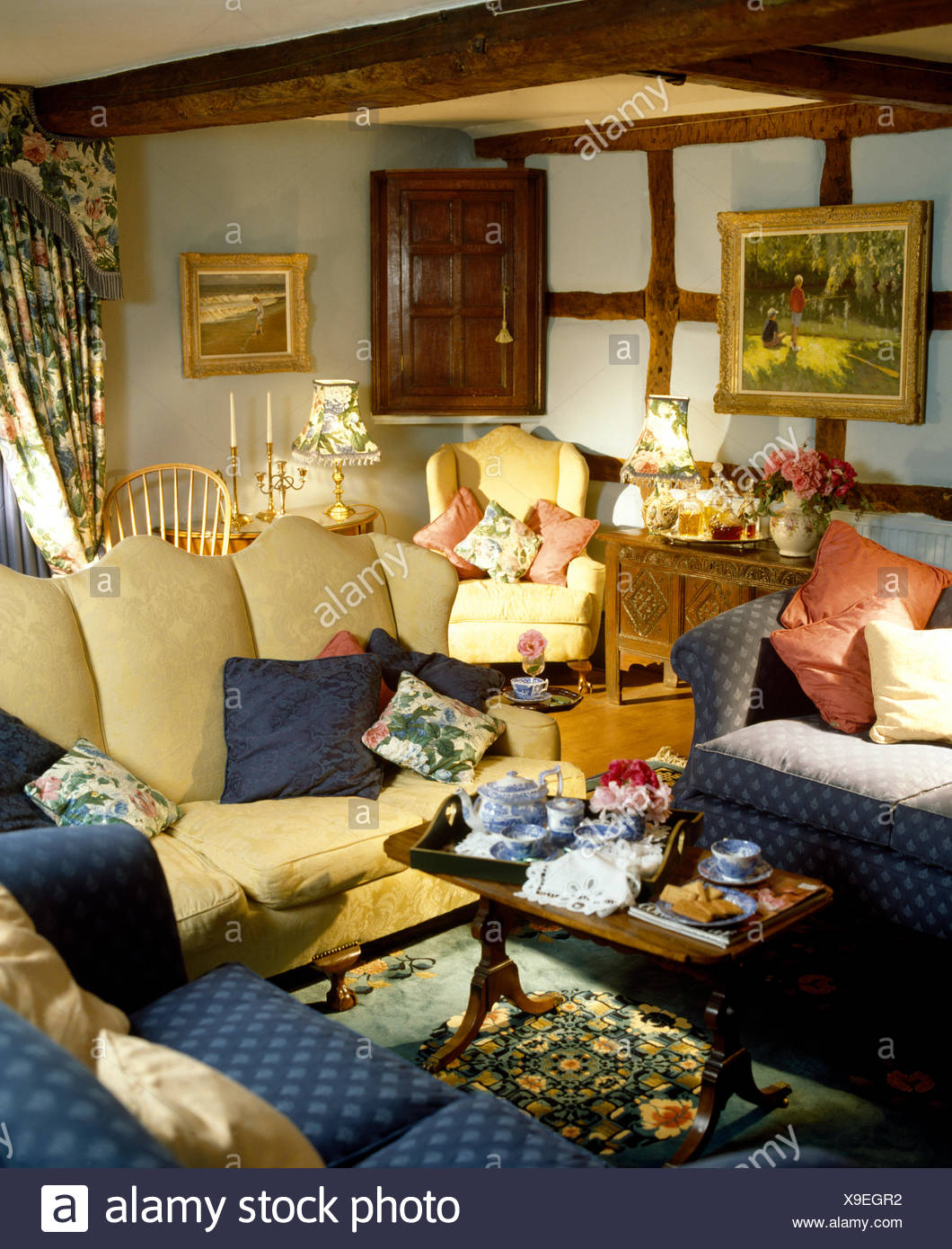 Creme Sofa Und Blaue Sessel In Unubersichtlichen Ferienhaus
