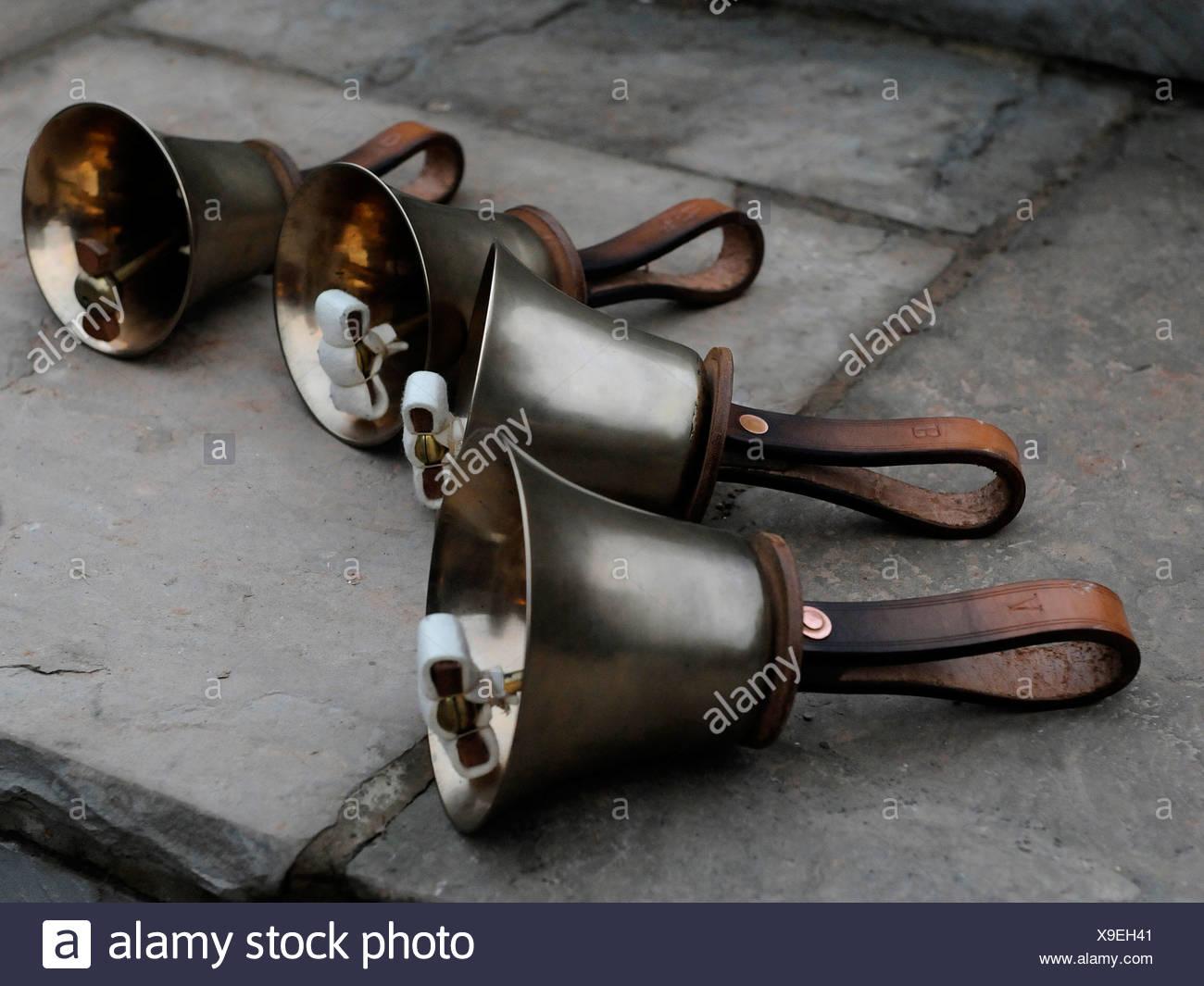 Glockensachverständigen, Hand-held Glöckchen mit Ledergriffen Stockbild