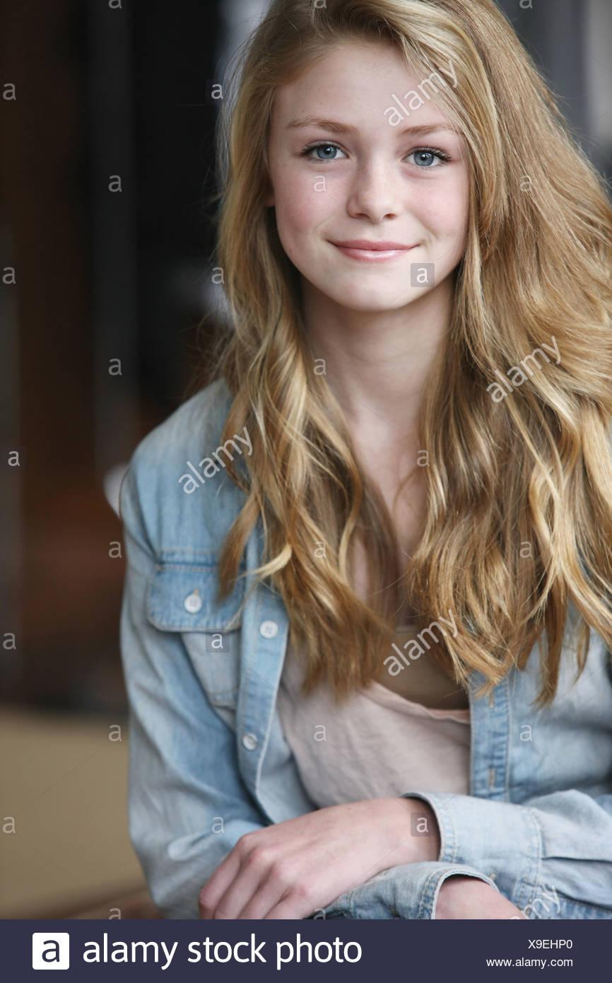 Teenager-Mädchen mit langen blonden Haaren und blauen
